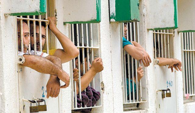 ادارة سجن عسقلان الاسرائيلي تنقل الاسرى الفلسطينيين المضربين الى جهة مجهولة