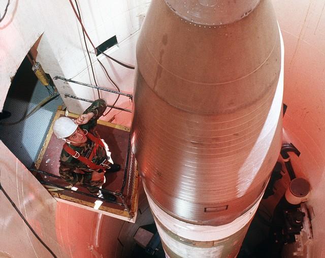 """فضيحة مدوية في امريكا : التحقيق مع 100 ضابط يعملون في جناح الصواريخ النووية في قاعدة """" مالمستروم """"  لتعاطيهم المخدرات"""
