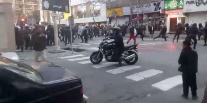 طهران : وسائل اعلام تؤكد عودة الهدوء الى شارع شمال العاصمة طهران اثر احداث شغب قام بها الدراويش