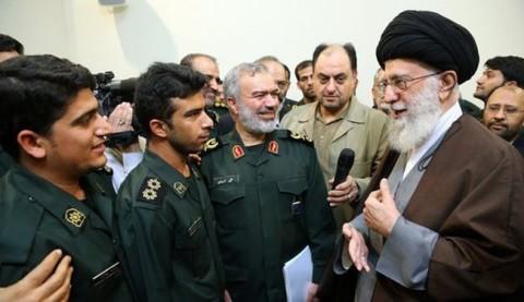 قائد الثورة يلتقي الجنود الايرانيين الذين احتجزوا زورقين اميركيين اخترقا المياه الايرانية