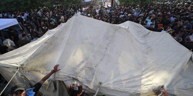 حشود المتظاهرين امام الخضراء في بغداد تتحول الى اعتصامات مفتوحة احتجاجا على تزوير الانتخابات