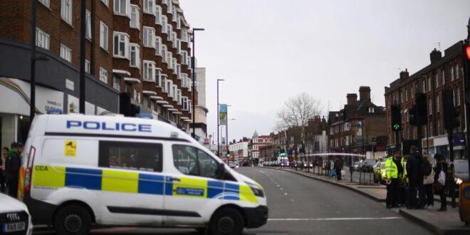 الشرطة البريطانية تقتل رجلا بعد ان طعن شخصين وتصفه بالارهابي