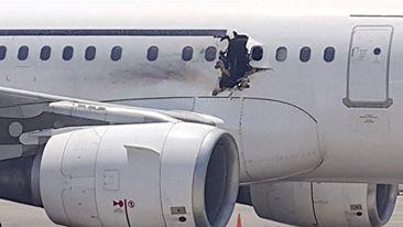 صومال انفجار وثقب في طائرة صومالية