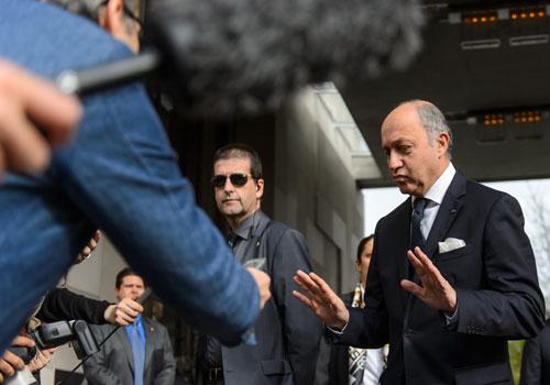 الامن والاقتصاد محوران في زيارة وزير الخارجية الفرنسي الى الجزائر .. دور امني في مواجهة القاعدة والحصول على حصة الاسد للشركات الفرنسية فيها