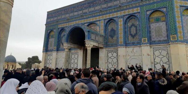 المصلون في الأقصى يكسرون حصار الشرطة الاسرائيلية لمصلى مسجد قبة الصخرة