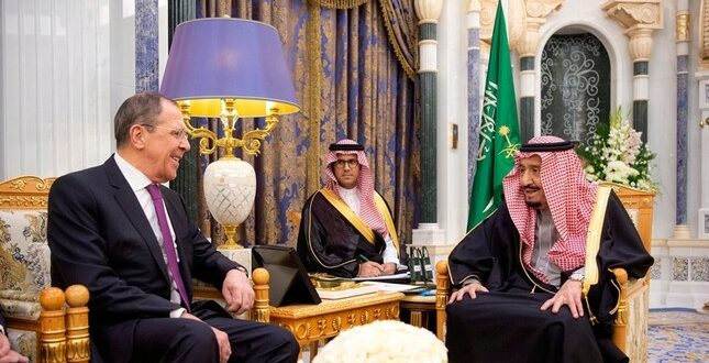 صحيفة بريطانية تؤكد اتساع الخلاف بين الملك سلمان ونجله ولي العهد وانباء عن تقليص صلاحباته المالية