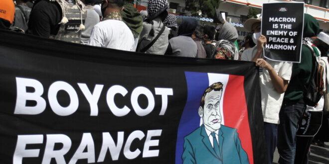 فيديو : تظاهرة غاضبة للمسلمين في اندنوسيا امام السفارة الفرنسية تصف ماكرون بالشيطان وتطالب بطرد السفير الفرنسي
