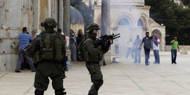 في يوم القدس العالمي … قوات الاحتلال الاسرائيلي تقتحم باجات المسجد الافصى وتطلق قنابل الغاز واصابات في صفوف المصلين