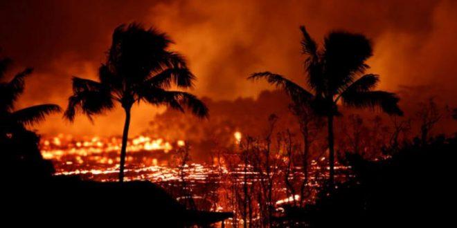 بركان هاواي الثائر يقذف احجار الزمرد في شوارع الجزيرة