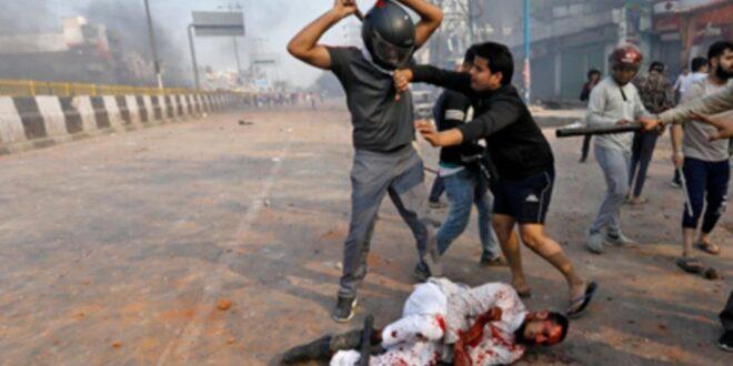 الشرطة الهندية تتورط في دعم عصابات الهندوس في تنفيد مجازر بحق المسلمين وحرق منازلهم ومساجدهم في نيودلي