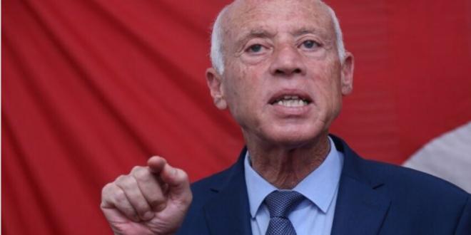 مرشح الرئاسة التونسية قيس سعيد يعلن فوزه بالانتخابات في مؤتمر صحفي في مقره الانتخابي