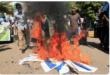 متظاهرون سودانيون غاضبون يحرقون العلم الاسرائيلي امام مبنى مقر مجلس الوزراء بالخرطوم