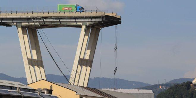 فيديو : 30 شخصا لقوا مصرعهم جراء انهيار جسر للسيارات في مدينة جنوى شمال غربي ايطاليا